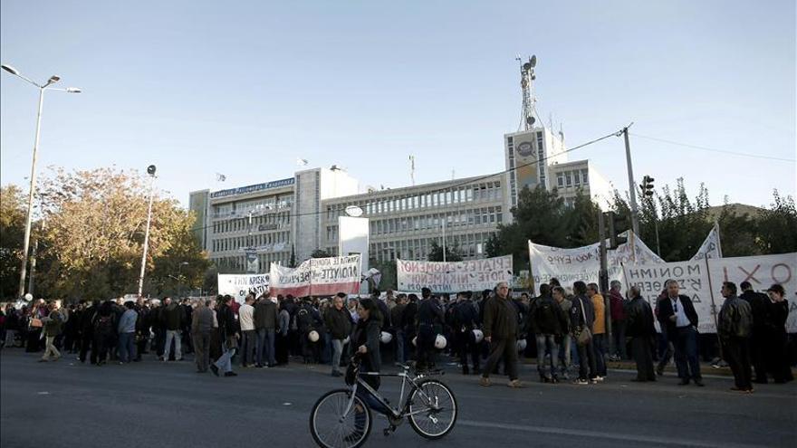 Reabre la televisión pública griega y regresa la plantilla fija