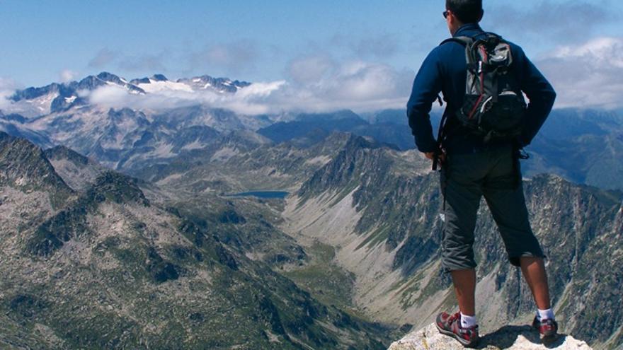 Pablo Gómez en la cima del pico Montardo (2.833 metros), al fondo el pico Aneto.