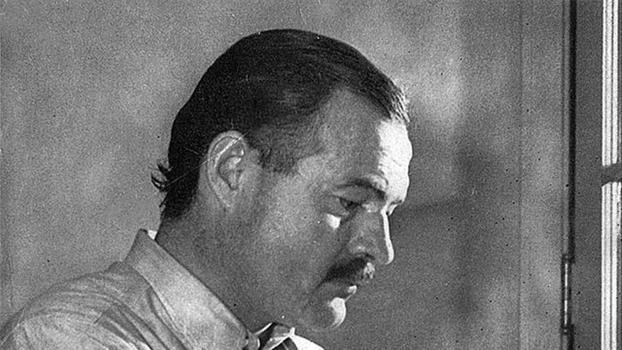 Ernest Hemingway por Lloyd Arnold