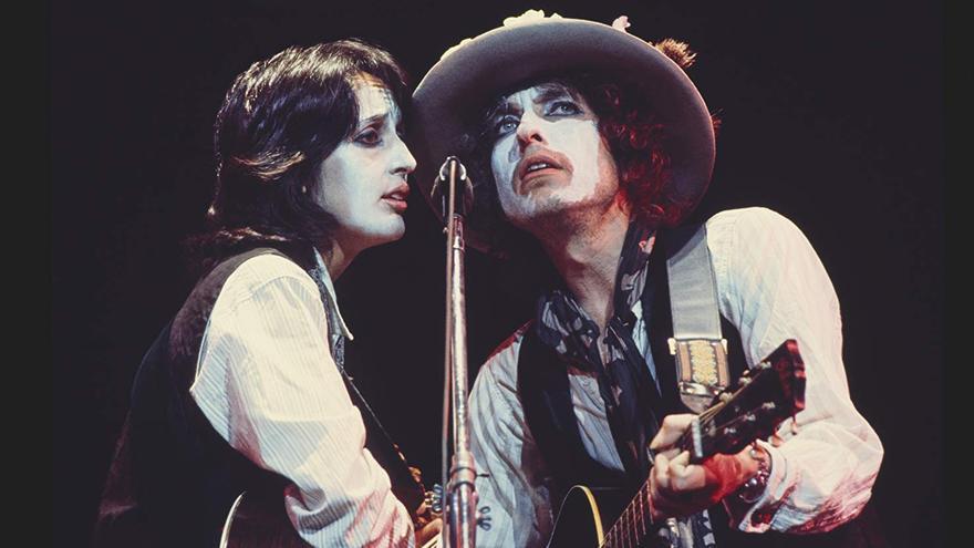 Joan Báez y Bob Dylan durante una actuación en la gira Rolling Thunder Revue