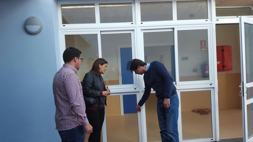 En la imagen, visita a las obras de la nueva escuela infantil.