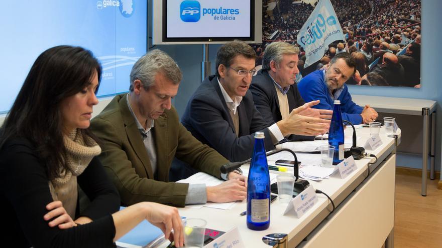 Prado (izquierda), con Feijóo y otros cargos en una reunión de la dirección del PPdeG