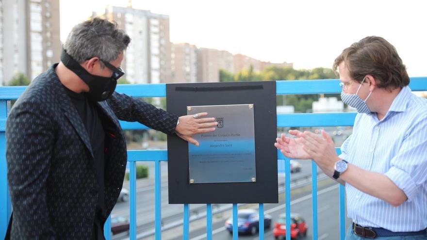 Alejandro Sanz inaugura junto al alcalde de Madrid una placa homenaje que bautiza un puente de la M-30 como Puente del Corazón Partío.