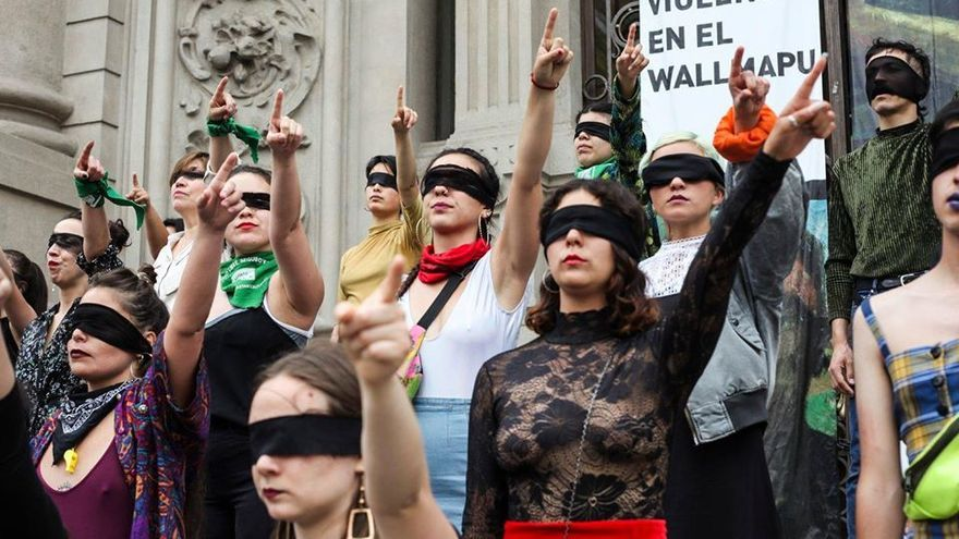 Imagen de la performance 'El violador eres tú' en Santiago de Chile.