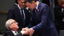 El presidente de España, Pedro Sánchez (d), saluda al presidente de la Comisión Europea, Jean-Claude Juncker.