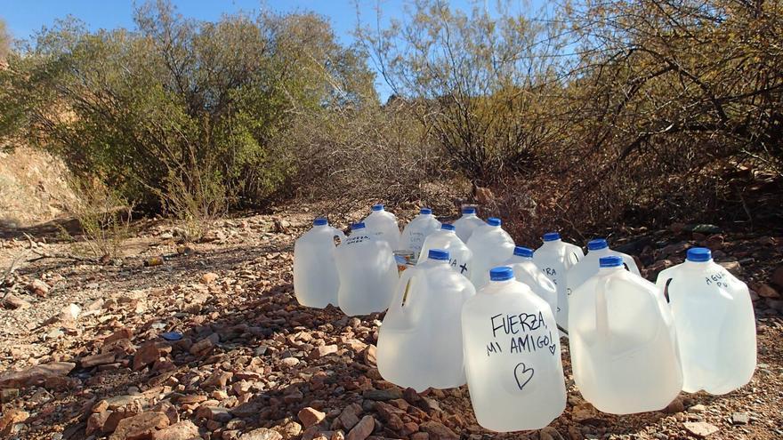 Botellas de agua dejadas en el camino por el grupo No más muertes