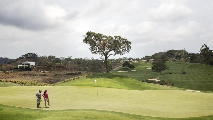 El Encanto Villas & Golf es el último gran residencial de lujo construido a las afueras de San Salvador. Rodeado de comunidades sin acceso al agua corriente y con fuerte presencia de pandillas, este complejo en el que las viviendas oscilan a medio millón de dólares, contiene varias piscinas y un campo de golf de 18 hoyos con el césped continuamente irrigado.