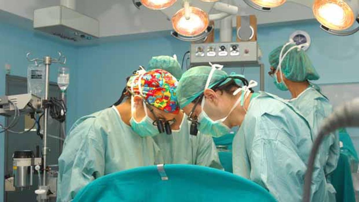 Cirujanos realizando un trasplante.