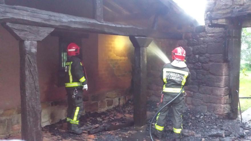 El fuego calcina el porche de una vivienda en Comillas
