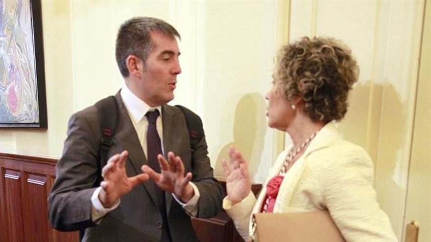 Fernando Clavijo conversa con la diputada de CC por Gran Canaria, María del Mar Julios. (Efe/Cristóbal García).