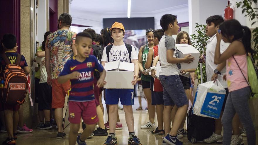 Alumnes carregant els treballs de final de curs / Robert Bonet