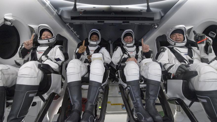 Concluye el primer viaje comercial tripulado de la NASA tras retorno de cápsula