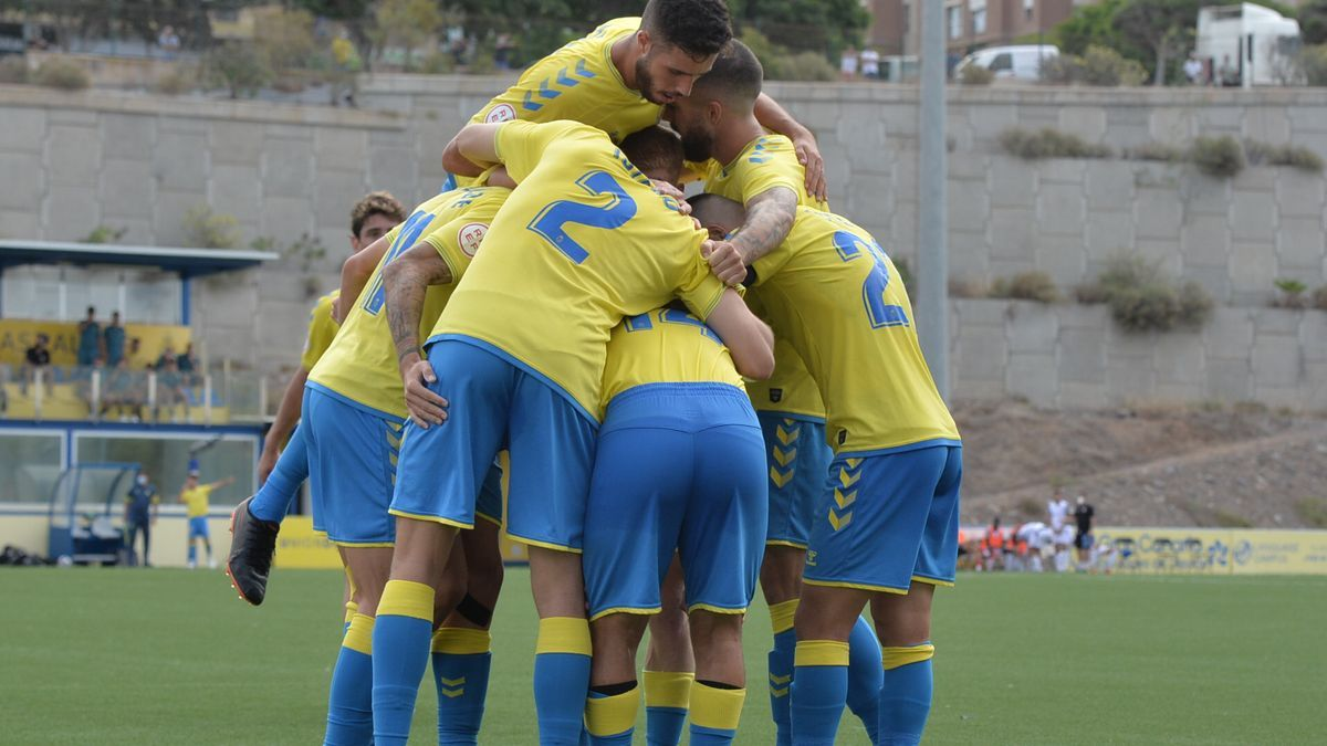 Los jugadores de Las Palmas Atlético celebran un gol ante el Vélez