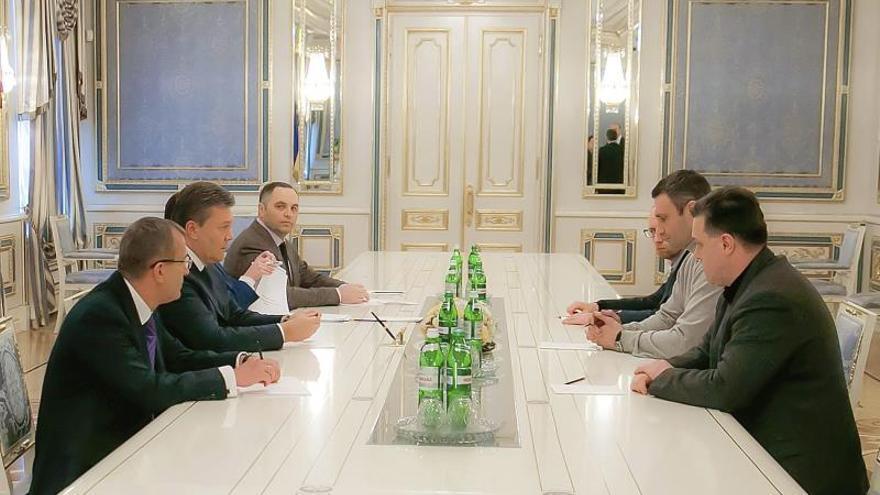 Yanukóvich se reunió con la oposición con Kiev convertido en campo de batalla