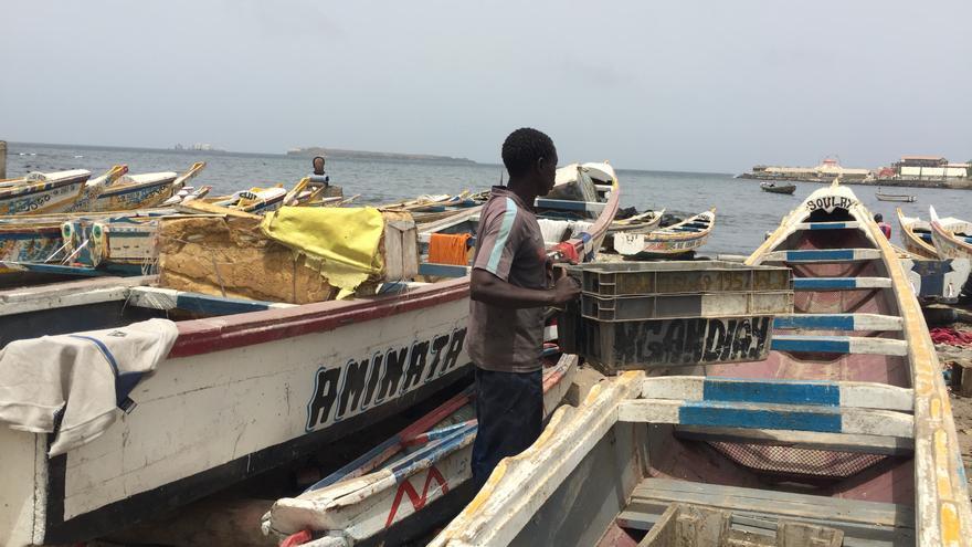 Cayucos de pescadores listos para salir al mar, junto a un mercado en Dakar (Senegal).