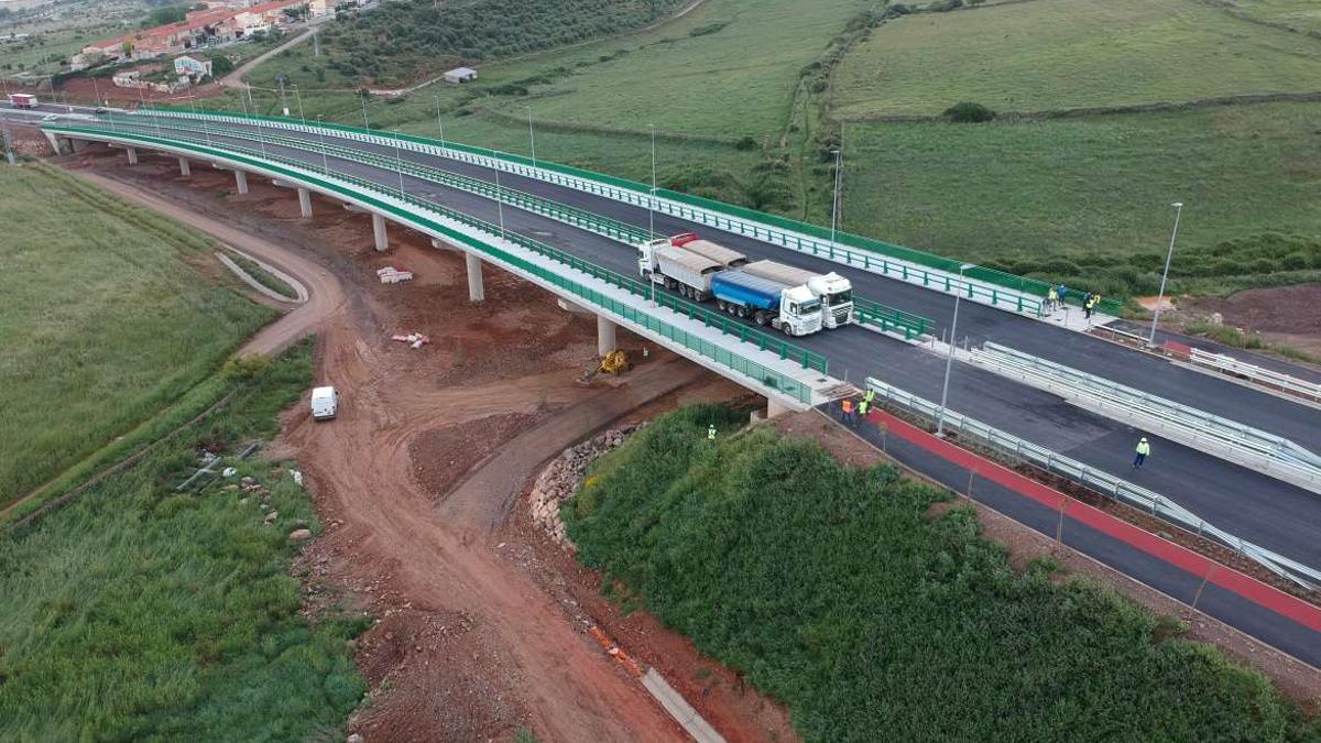 Prueba de resistencia en el viaducto Valdeflores hecha este lunes