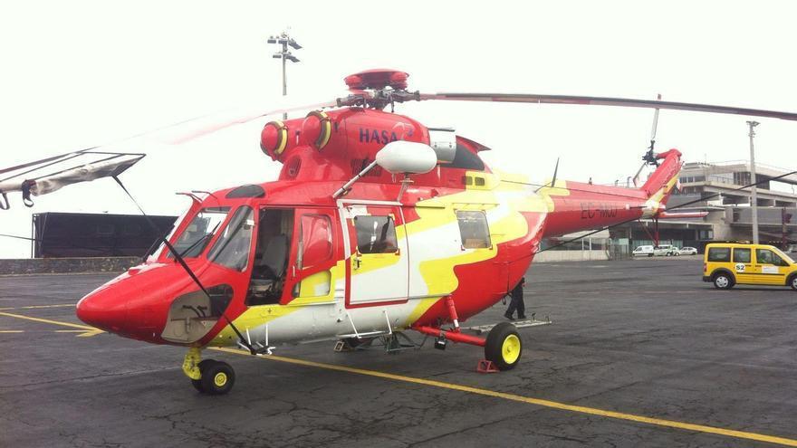 El nuevo helicóptero destinado al Grupo de Emergencias y Salvamento de la Isla, este sábado, en el Aeropuerto de La Palma.