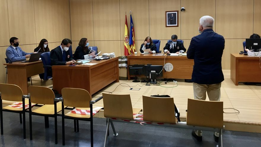 El exdirector general de RTVV José López Jaraba, de espaldas, en el juicio en la Audiencia de Valencia por los contratos con la productora de José Luis Moreno.