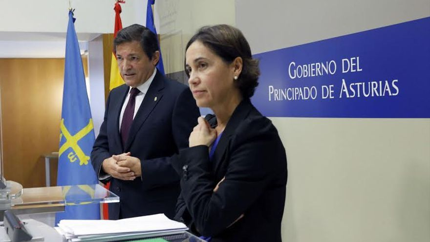 El presidente de Asturias, junto a la consejera de Hacienda, defiende el pacto presupuestario con el PP