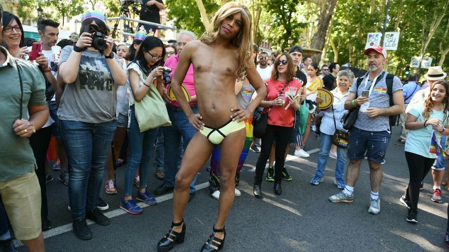 Un hombre expresa su libertad en el desfile del Orgullo