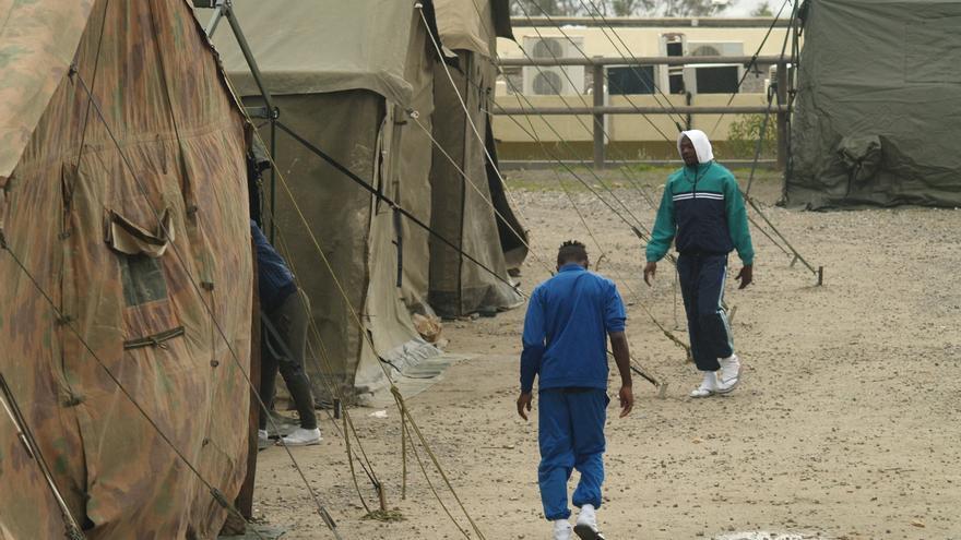 Aproximadamente 200 migrantes han sido ubicados en las tiendas de campaña militares instaladas en el aparcamiento del Centro Ecuestre de Ceuta.