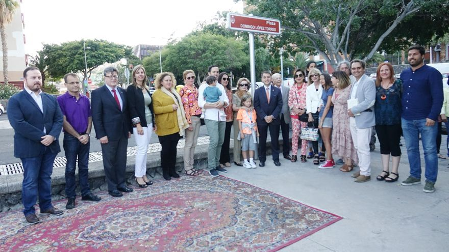 Foto de familia en el acto de descubrimiento de la placa que da nombre a la plaza