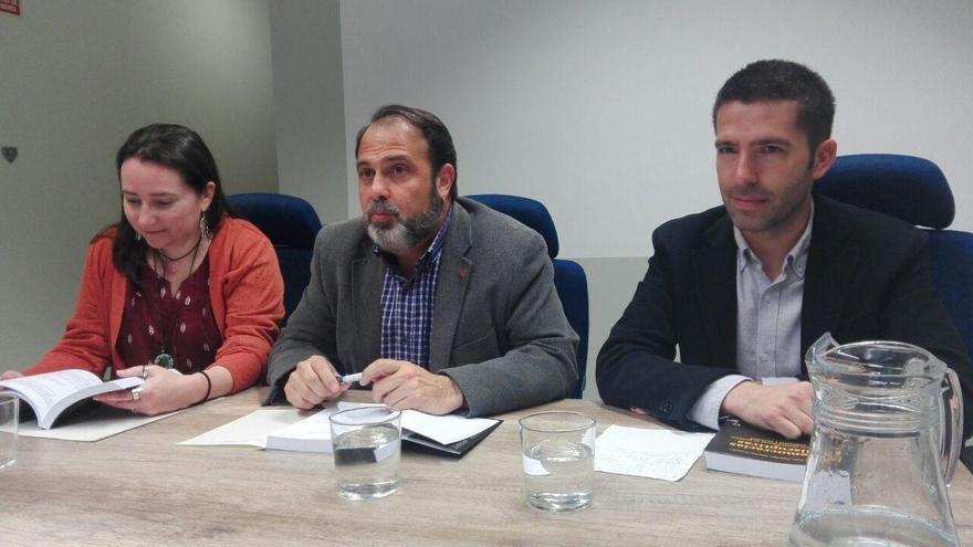 De izquierda a derecha, Teresa María Gómez-Pastrana Jimeno, socióloga, Javier Mateo, concejal de Bienestar Social de Toledo y José Luis Sánchez Martín, coordinador de la publicación