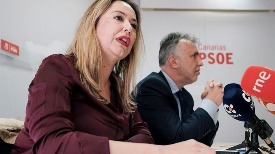 El secretario general del PSOE, Ángel Víctor Torres, y la portavoz en el Parlamento, Dolores Corujo.