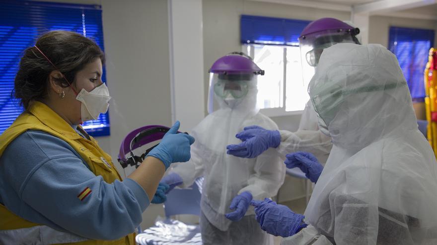 El número de sanitarios contagiados en Andalucía asciende a 1.949, el 23% del total de infectados