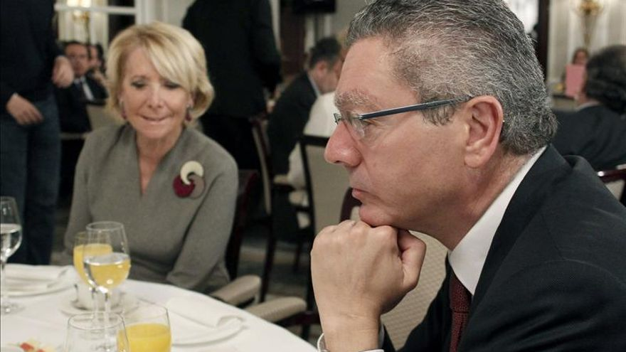 Ruiz-Gallardón en la misma mesa que su antigua mejor enemiga, Esperanza Aguirre.