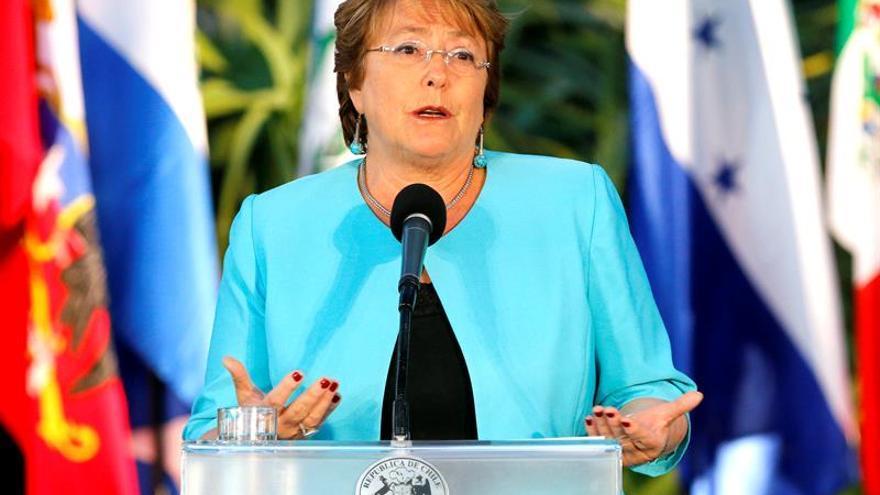 La aprobación ciudadana a Michelle Bachelet se mantiene en 23 %, según una encuesta