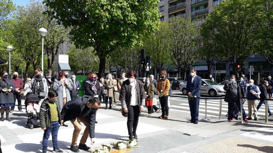 Ofrenda floral en las placas colocadas en San Sebastián en memoria de Enrique Cuesta y Antonio Gómez, víctimas de los CCAA