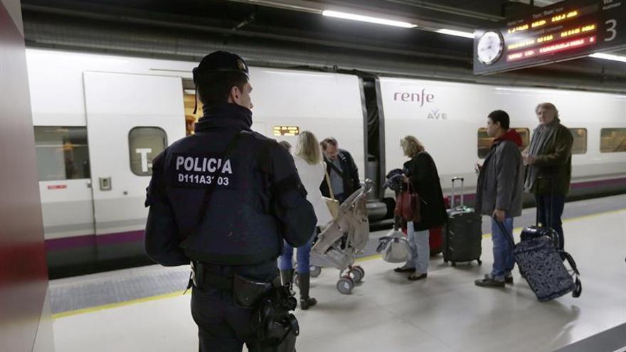 Un Policía Nacional vigila en Sants.