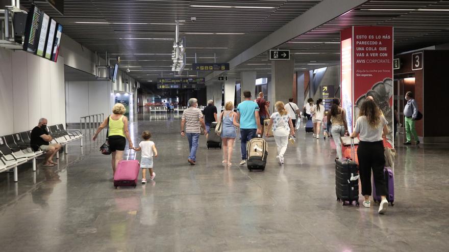 """Las aerolíneas calculan una caída de viajeros de hasta el 70% en otoño-invierno y prevén una temporada """"muy dura"""""""