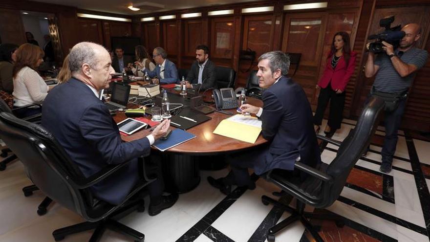 El presidente del Gobierno de Canarias, Fernando Clavijo (2d); la vicepresidenta, Patricia Hernández (2d); y el consejero de Economía, Pedro Ortega (i), durante una reunión del consejo de gobierno