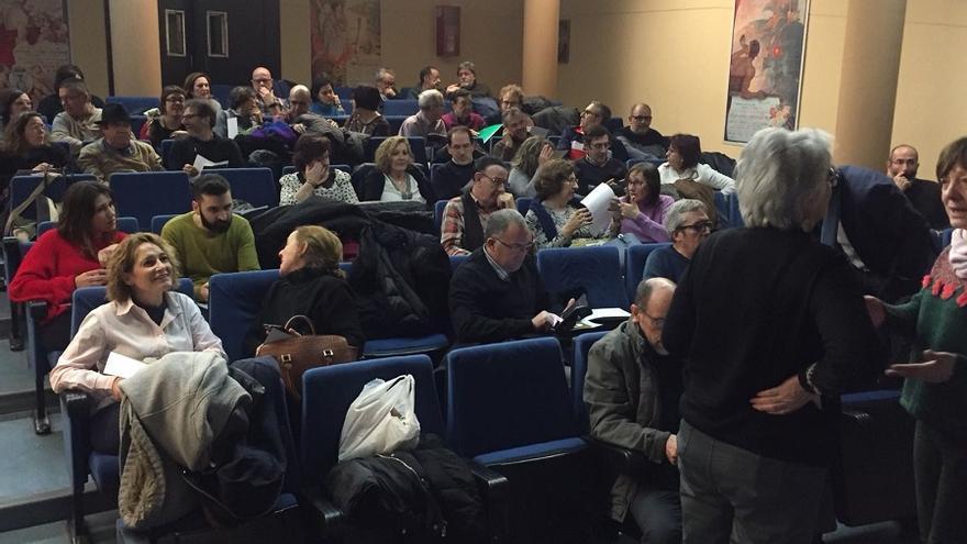 Miembros de Ganemos Albacete instantes antes de comenzar la Asamblea de este jueves.