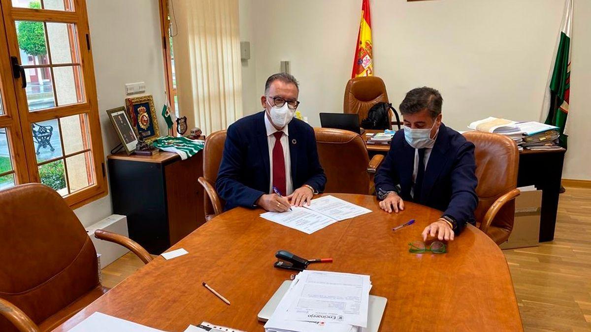 El delegado de Cohesión Territorial de la Diputación de Córdoba (izda.), Juan Díaz, en su encuentro con el alcalde de Encinarejo, Miguel Ruiz Madruga.