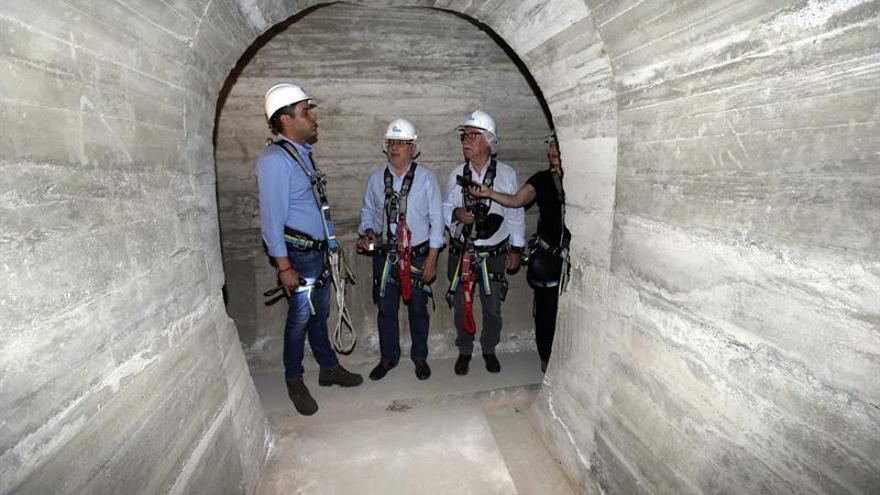 El presidente del Cabildo de Gran Canaria (c), el consejero de Sector Primario, y el ingeniero Yonay Concepción (i), en una galería de la presa de Soria.