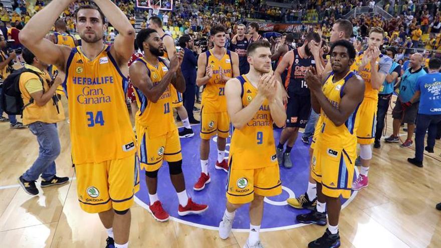 Los jugadores del Herbalife Gran Canaria aplauden a los aficionados tras caer derrotados en la final de la Supercopa de baloncesto ante el Valencia Basket. EFE/Elvira Urquijo A.