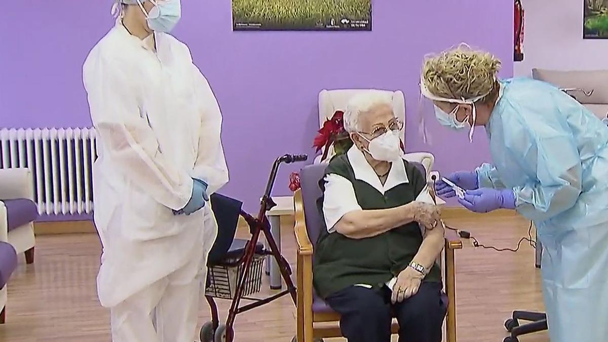 Araceli Hidalgo, la primera persona vacunada de la COVID-19 en España