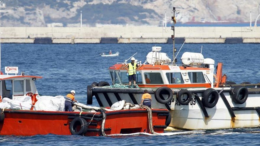 Una gabarra provoca un vertido de hidrocarburos en la bahía de Algeciras (Cádiz)