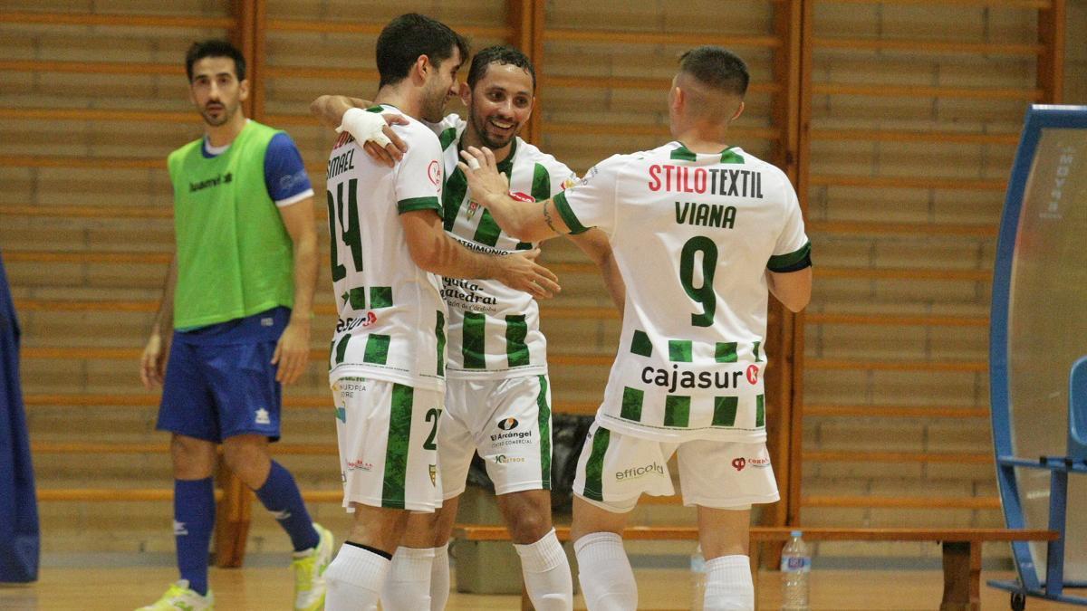 Jugadores celebrando un gol.