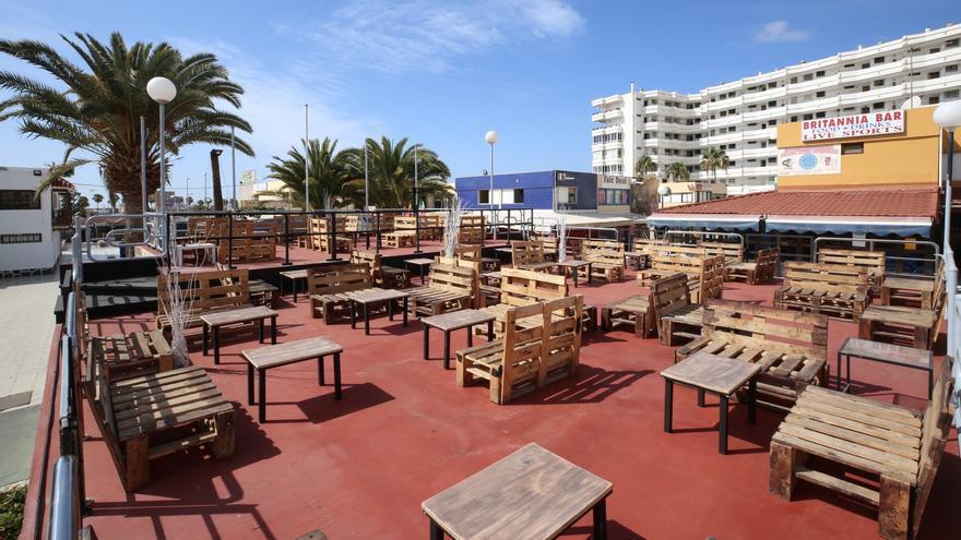 Terrazas vacías en el sur de Gran Canaria este miércoles de Semana Santa.