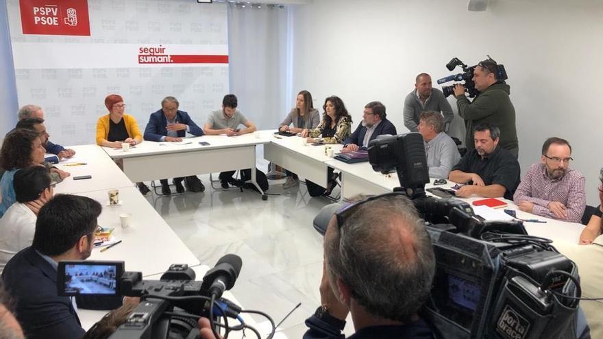 Reunión de los negociadores del pacto en la sede del PSPV-PSOE este martes.