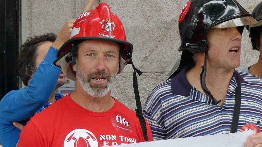 Miguel Uclés, con casco rojo, en una protesta de bomberos en Galicia