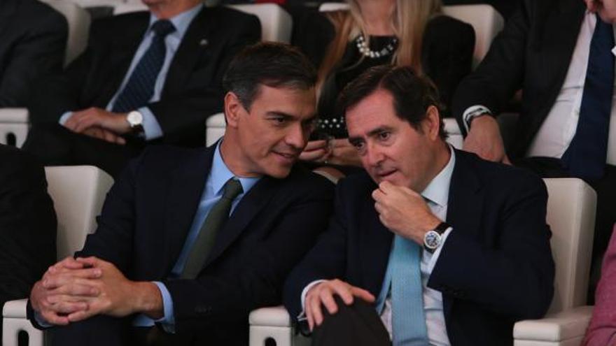 El presidente del Gobierno, Pedro Sánchez, conversa con el presidente de la CEOE, Antonio Garamendi, en una foto de archivo.