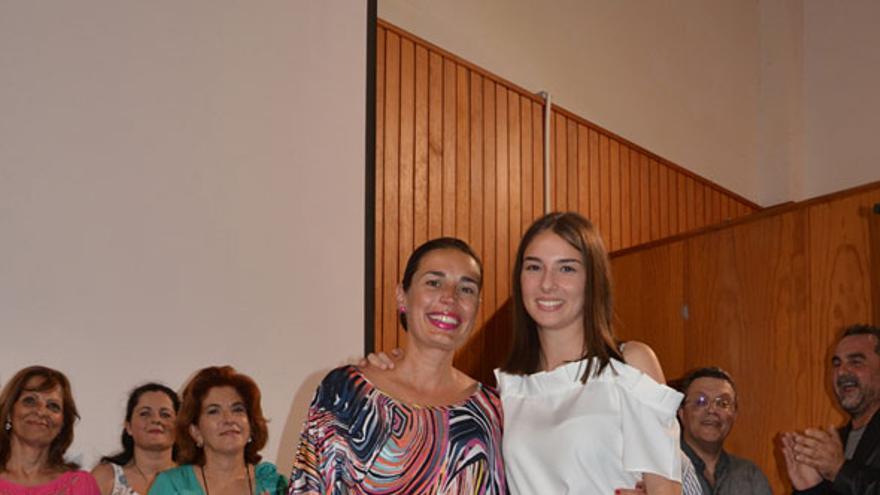 La alumna Paula Pérez Rickert (d) con el diploma.