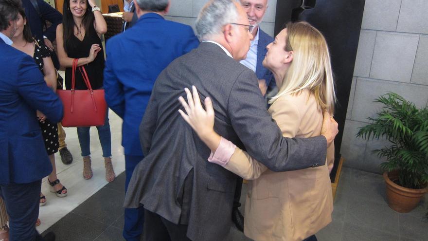 Noemí Santana y Casimiro Curbelo se abrazan, ante la mirada de Ángel Víctor Torres