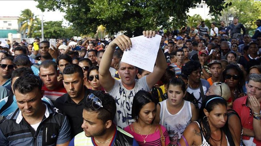 Cubanos protestan ante la embajada de Ecuador por anuncio de nuevos visados