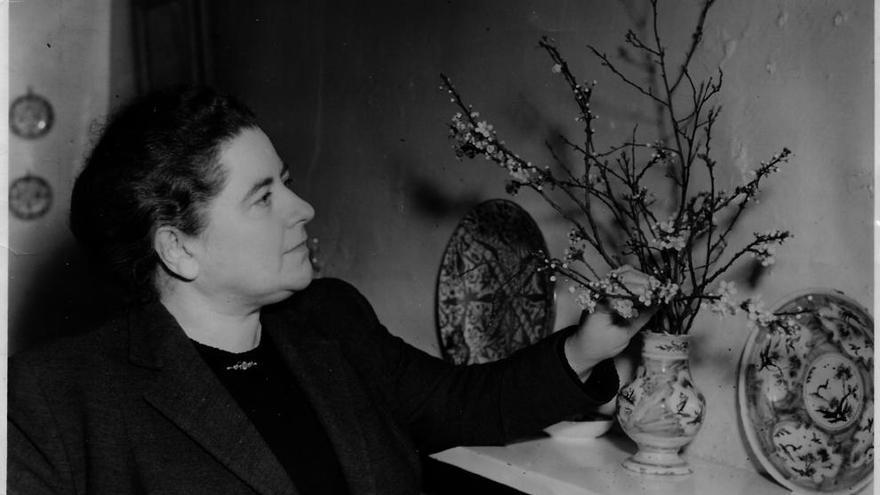 Ilsa Barea-Kulcsar con unas ramas de almendro en flor recogidas del frente de Madrid   Hoja de Lata